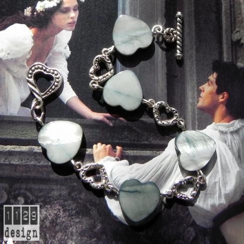 bracciale argento cuori madreperla sfondo giulietta e romeo